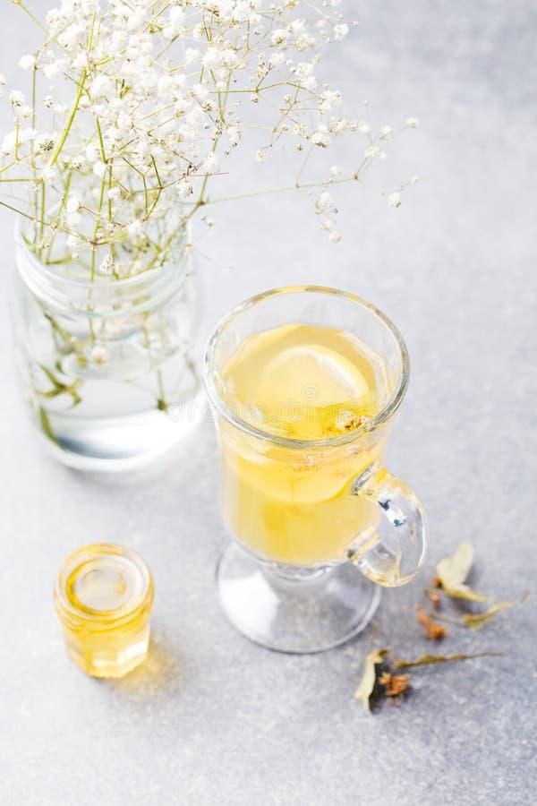Funderat kryddigt varmt te för vitt vin arkivbilder