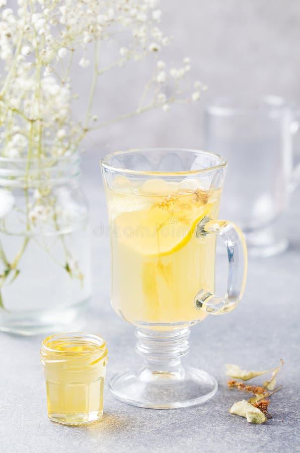 Funderat kryddigt varmt te för vitt vin arkivbild