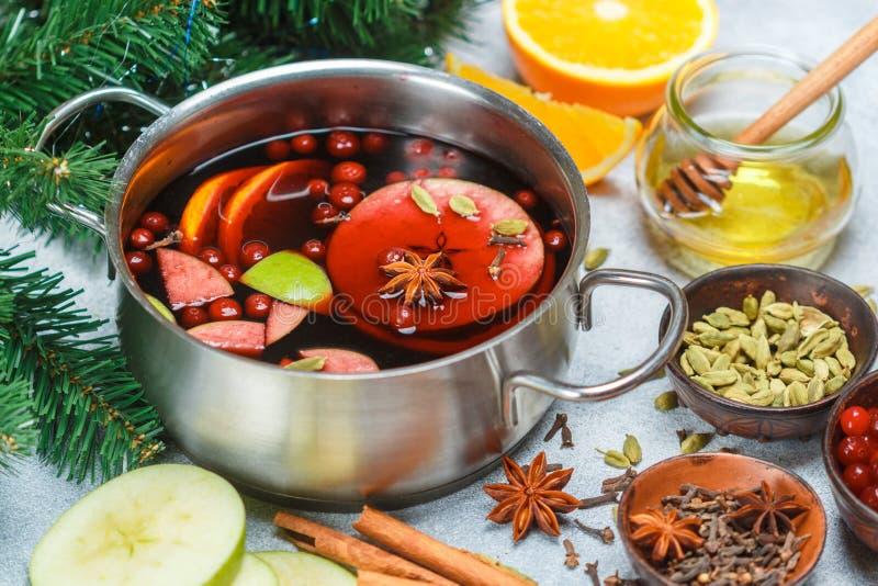 Funderat vin är en traditionell vinterdrink med rött vin, honung, apelsinen, gröna Apple, tranbäret och kryddor fotografering för bildbyråer