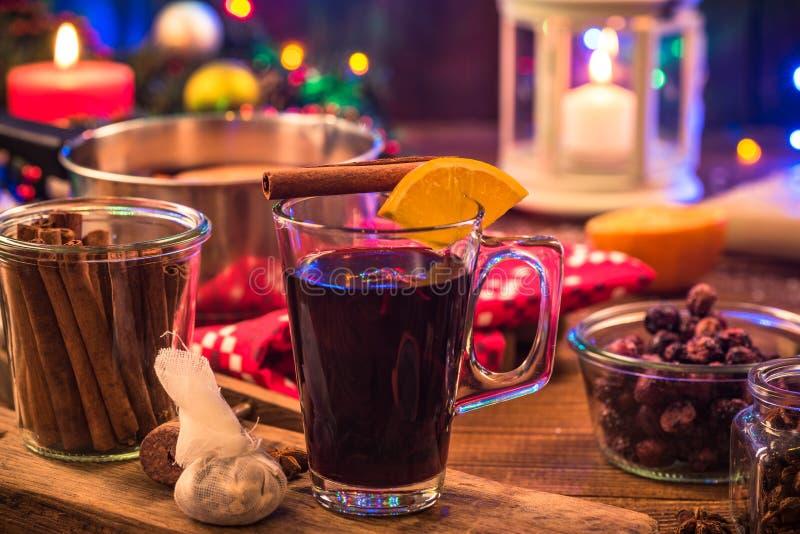 Funderat vin, festlig värmedrink för jul arkivfoton