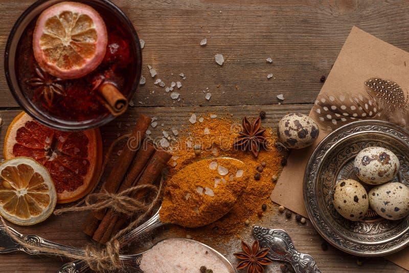 Funderat vin, kryddor och torkade frukter på en lantlig tabell royaltyfria foton