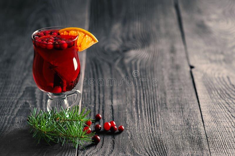 Funderat vin med den orange skivan och tranbäret royaltyfri fotografi