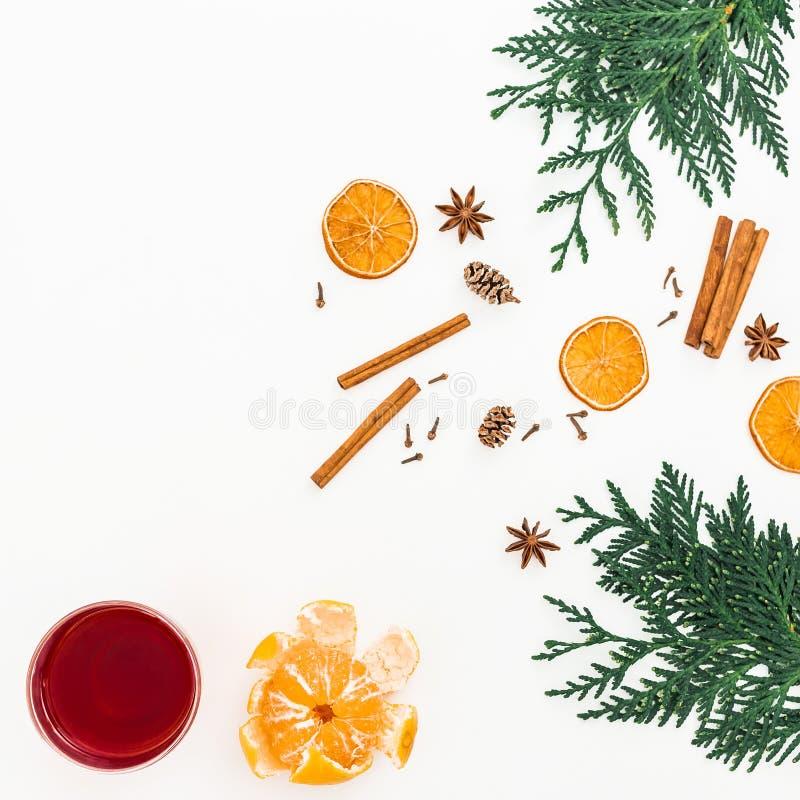 Funderat vin med kanel och anis på vit bakgrund Semestra begreppet för det nya året med citruns och drinkar Lekmanna- lägenhet, b arkivfoto