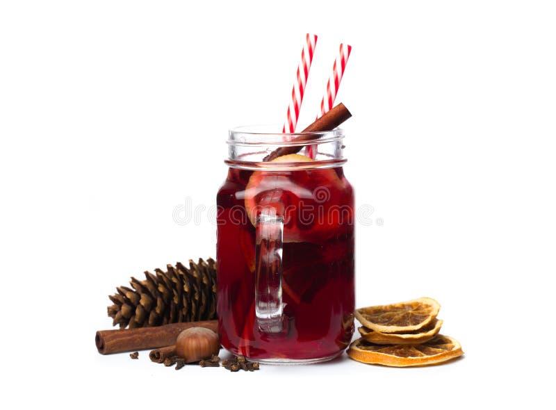 Funderat vin med kryddor som isoleras på vit bakgrund Vinteralkoholistcoctail Varm choklad med marshmallower royaltyfria foton