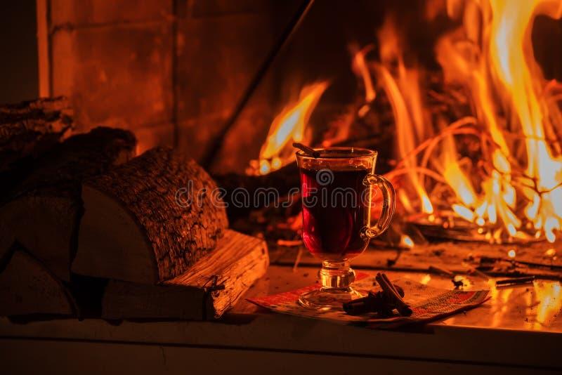 Funderat vin vid den brinnande branden royaltyfri fotografi