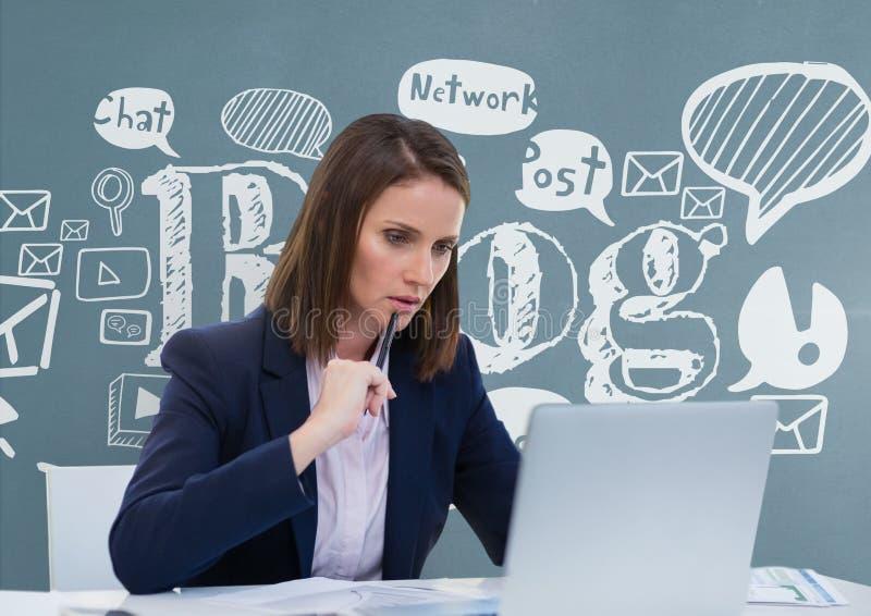 Fundersam affärskvinna på ett skrivbord som ser en dator mot blå bakgrund med diagram royaltyfri illustrationer