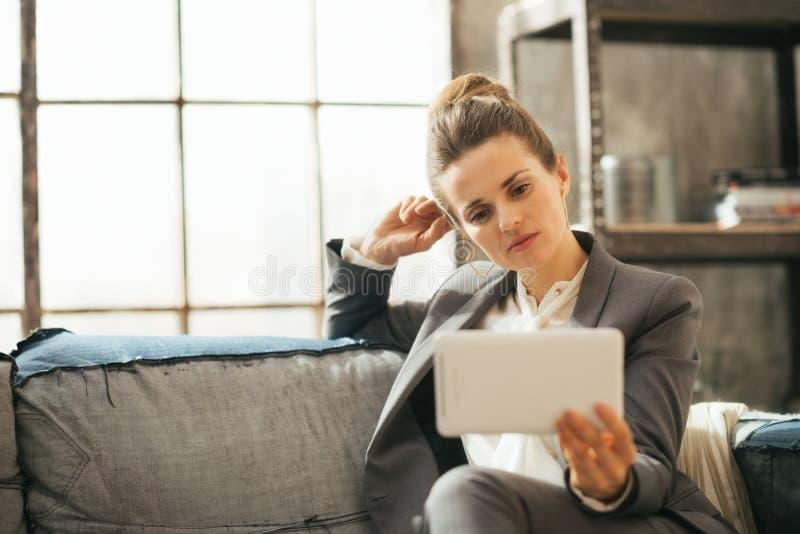Fundersam affärskvinna som använder tabletPCEN royaltyfria bilder