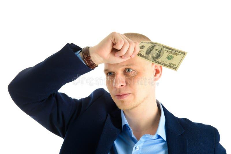 Fundersam affärsman i dräkt på hållande kassa för vit bakgrund, oss dollar som oroas om finansiella problem arkivbilder