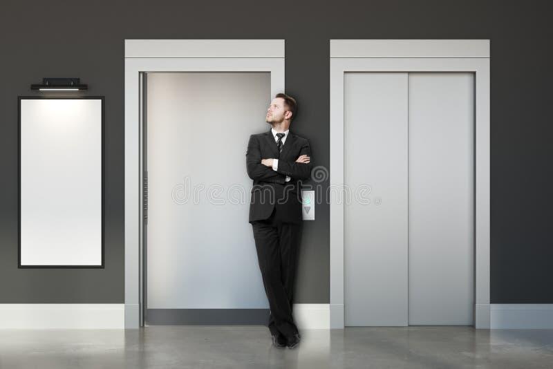 Fundersam affärsman med hissar och banret arkivfoto