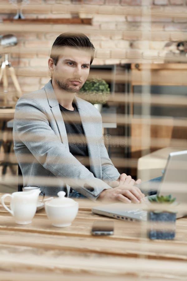 Fundersam affärsman som arbetar bak slutaren arkivbilder