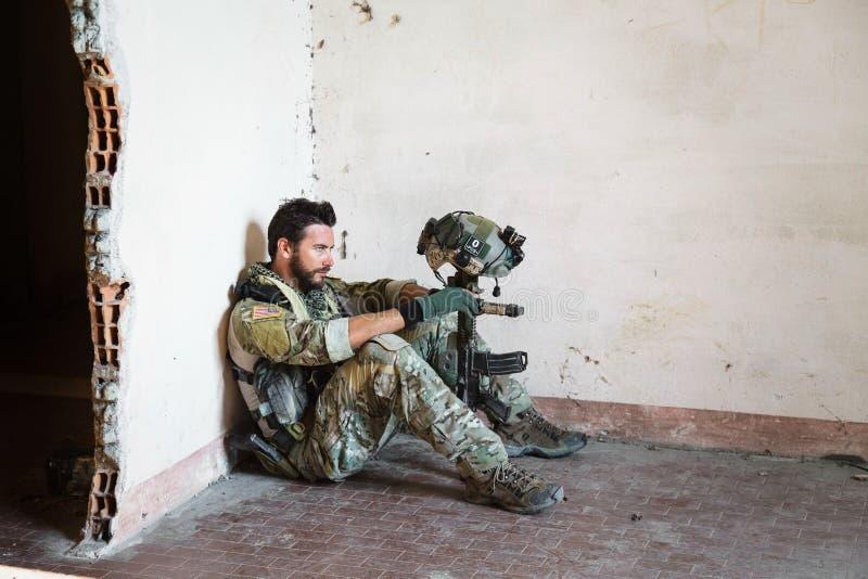 Fundersam amerikansk soldat royaltyfri bild