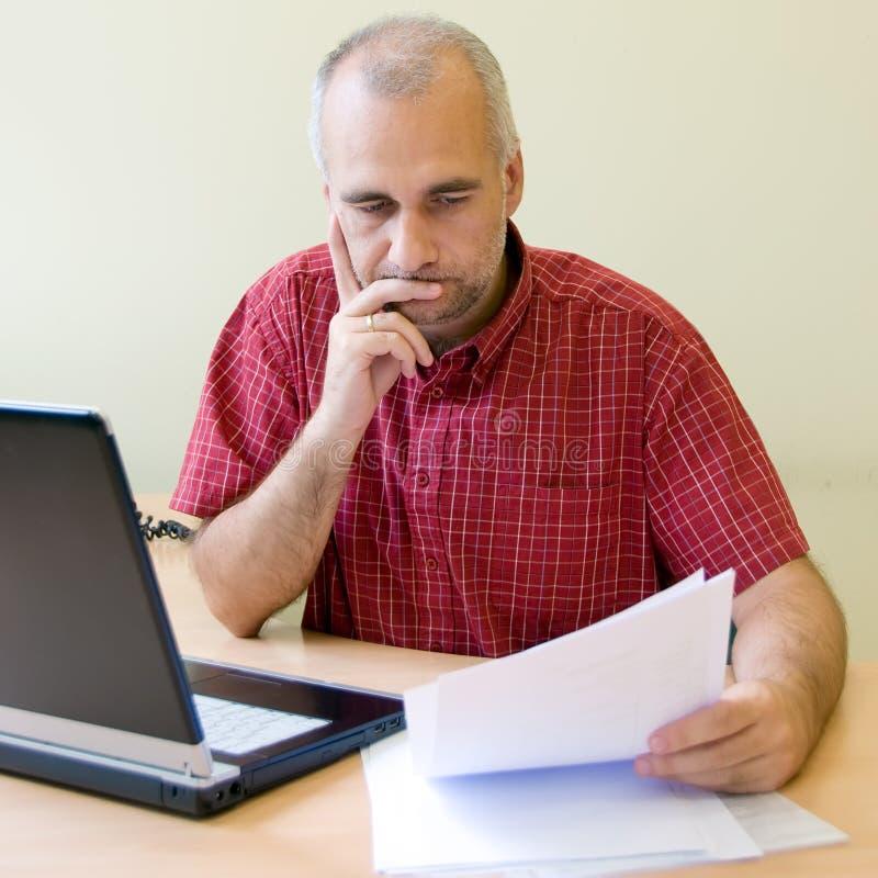 fundersam arbetare för kontor arkivfoto