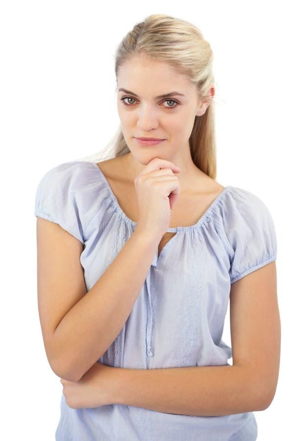 Fundersam blond kvinna arkivfoto
