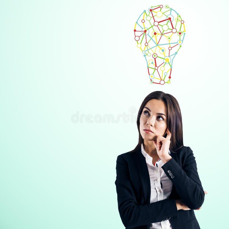 Fundersam europeisk affärskvinna med lampan vektor illustrationer