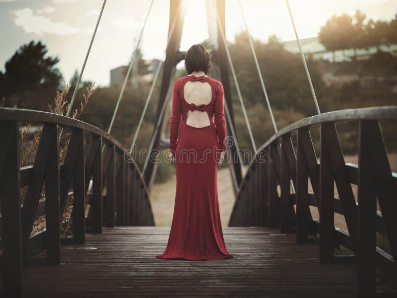Fundersam flicka på bron royaltyfria foton
