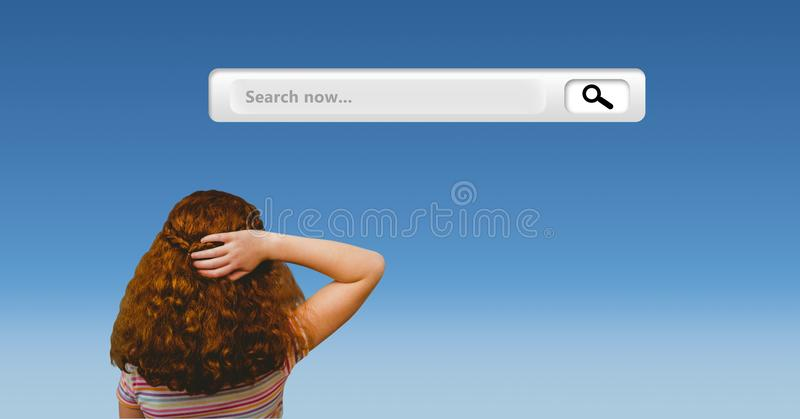 Fundersam flicka som ser sökandestången mot blå bakgrund arkivfoto