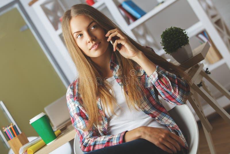 Fundersam flicka som talar på telefonen royaltyfri fotografi