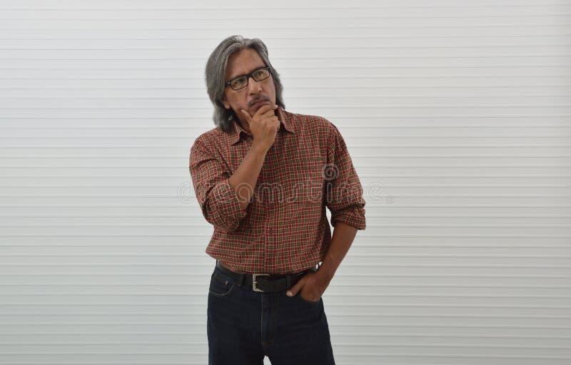 Fundersam hög affärsman i röd tillfällig skjorta royaltyfri foto
