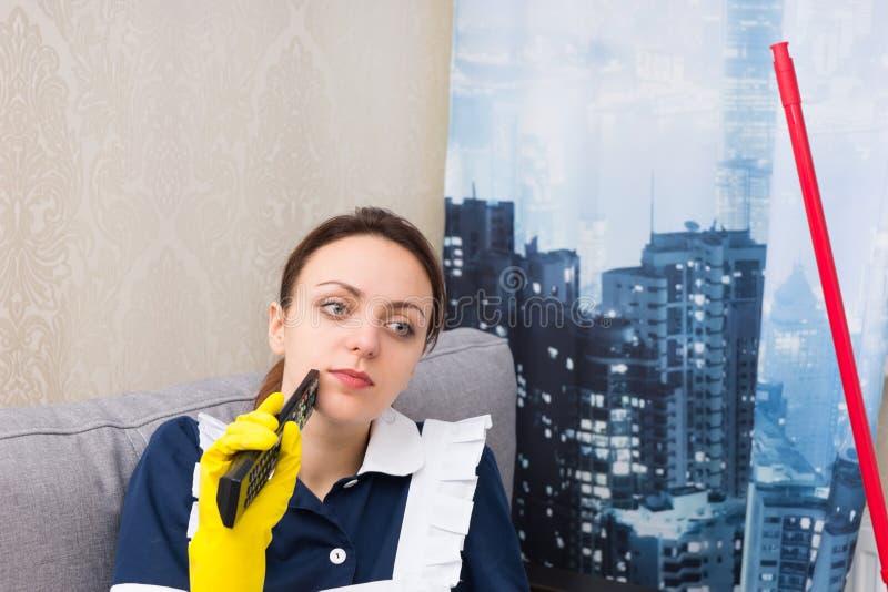 Fundersam hushållerska i en höghuslägenhet fotografering för bildbyråer