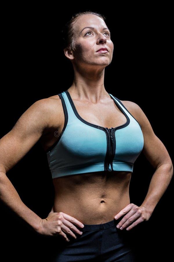 Fundersam idrottsman nen som ser upp med handen på höft fotografering för bildbyråer