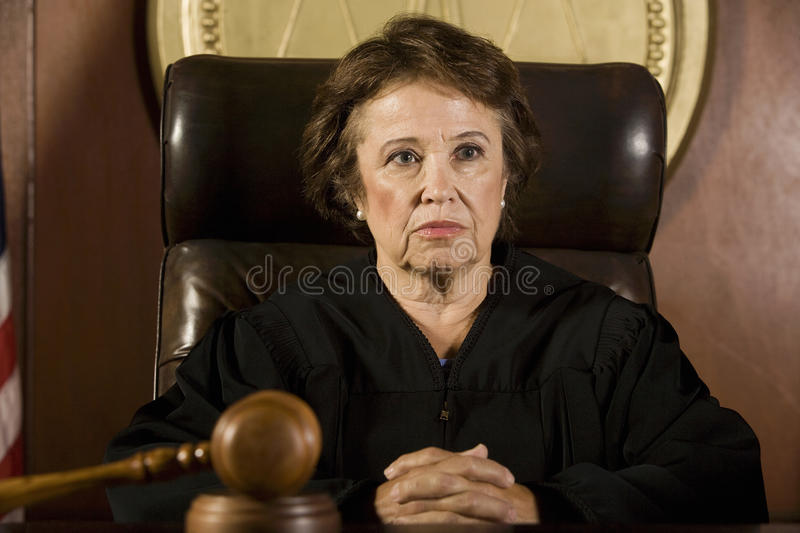 Fundersam kvinnlig domare royaltyfria bilder