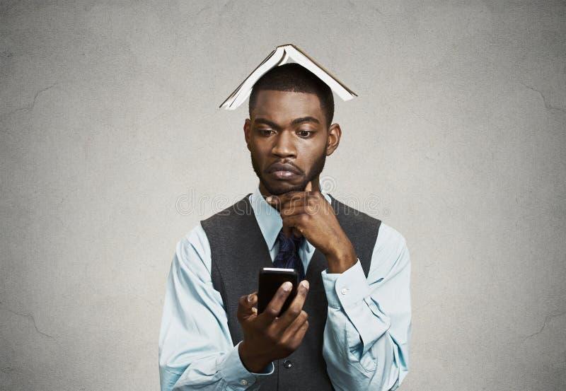 Fundersam ledare som avgör vad för att svara på den smarta telefonen arkivbild