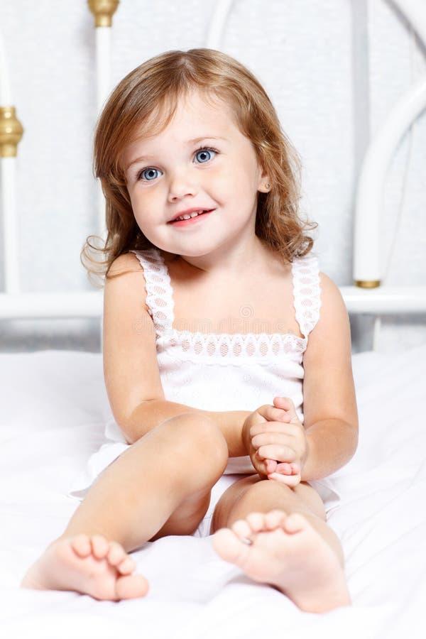 Fundersam liten flicka royaltyfria foton