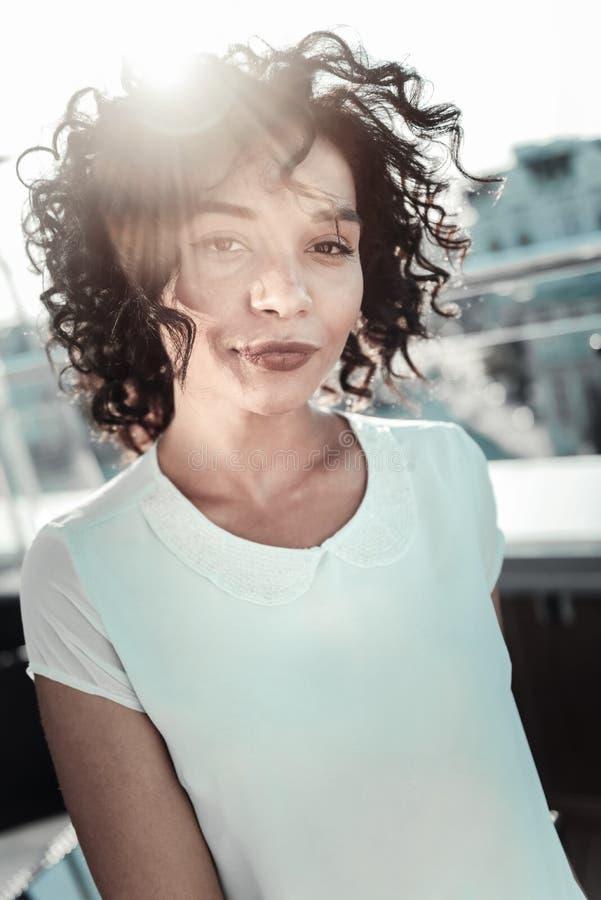 Fundersam lockig head flickavippning och se rakt arkivfoton