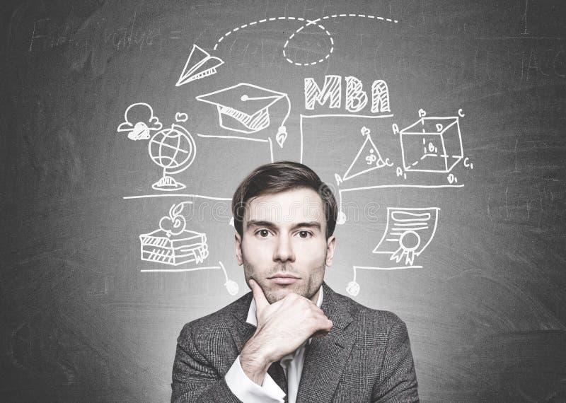Fundersam mörk haired affärsman, MBA utbildning royaltyfri bild
