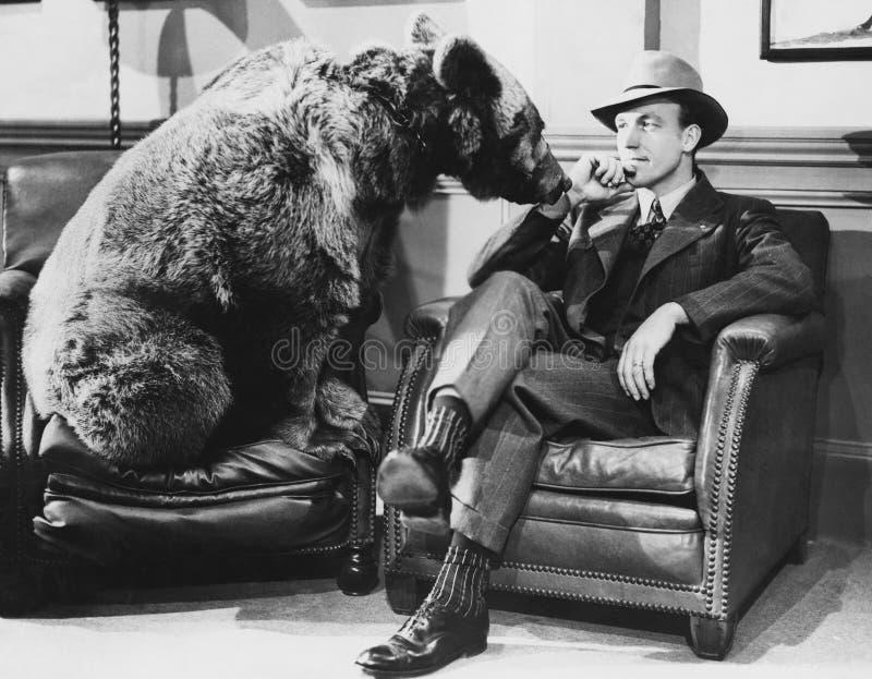 Fundersam man med björnen (alla visade personer inte är längre uppehälle, och inget gods finns Leverantörgarantier att det ska fi arkivbilder