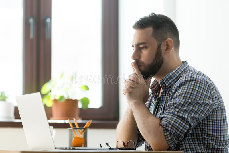 Fundersam manlig betraktande lösning för affärsproblem arkivbild