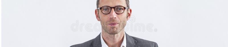 Fundersam modern manlig chef med glasögon över vit bakgrund, baner fotografering för bildbyråer
