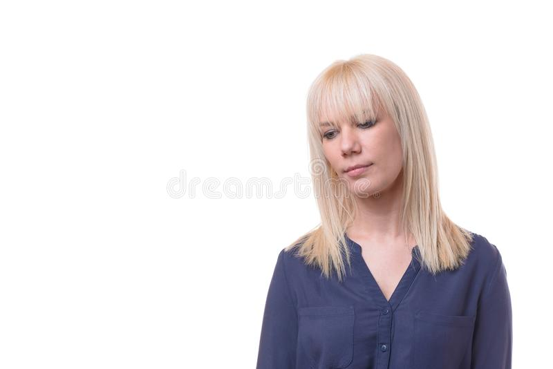 Fundersam nedslagen blond kvinna med slog ned ögon royaltyfri foto