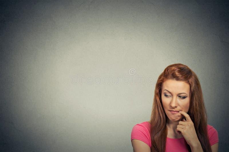 Fundersam skeptisk svartsjuk ung kvinna för Headshot arkivfoto