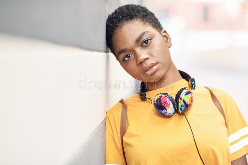 Fundersam svart kvinna med ledset uttryck utomhus arkivfoton