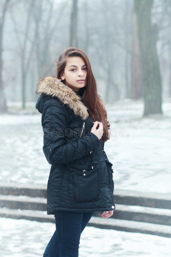 Download Fundersam tonårig flicka arkivfoto. Bild av modell, person - 37348148