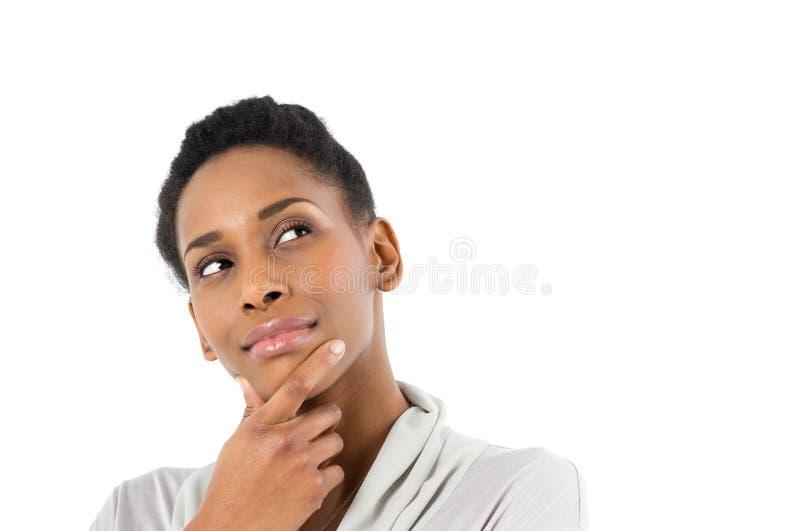 Fundersam ung afrikansk kvinna royaltyfri fotografi