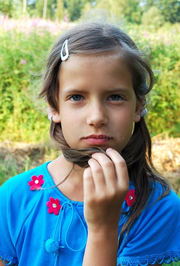 Fundersam ung flicka royaltyfri bild