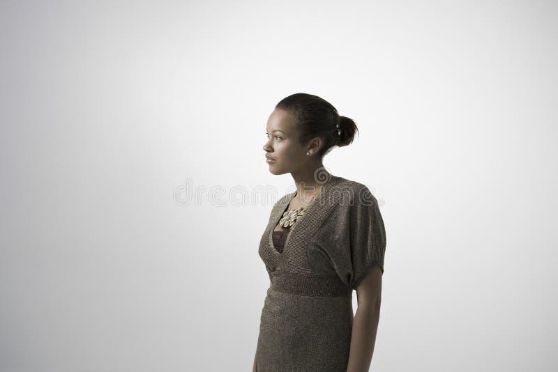 Fundersam ung kvinna arkivbild