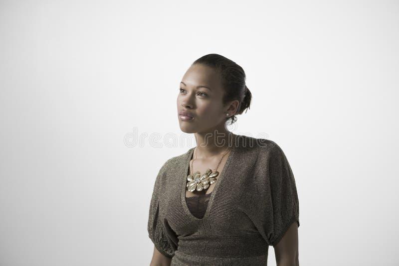 Fundersam ung kvinna arkivfoto