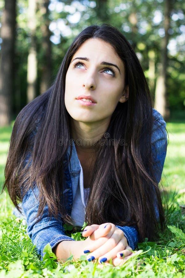 Fundersam ung kvinna fotografering för bildbyråer
