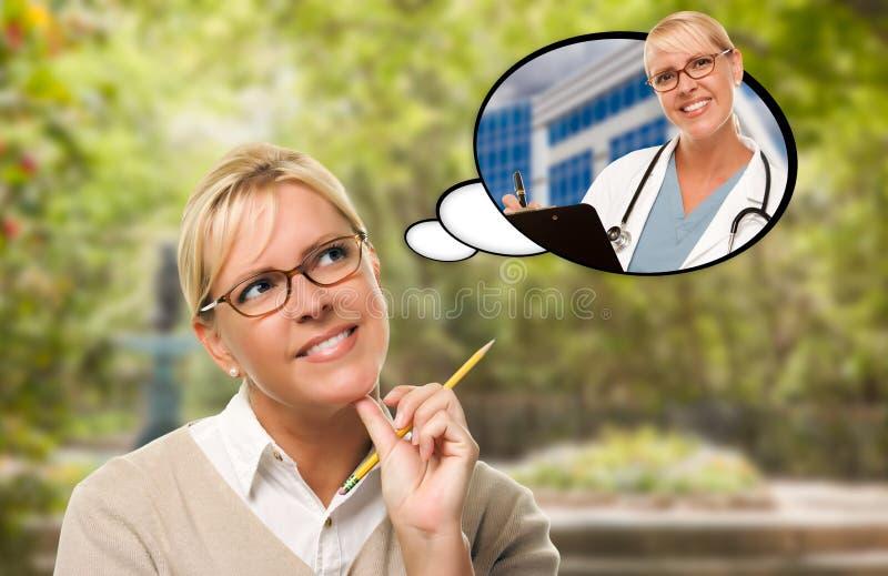 Fundersam ung kvinna med blyertspennan och själv som sjuksköterska eller Docto royaltyfri foto