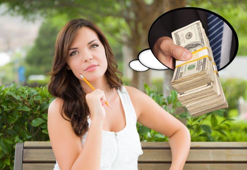Fundersam ung kvinna med handinnehavbunten av pengar inom T fotografering för bildbyråer