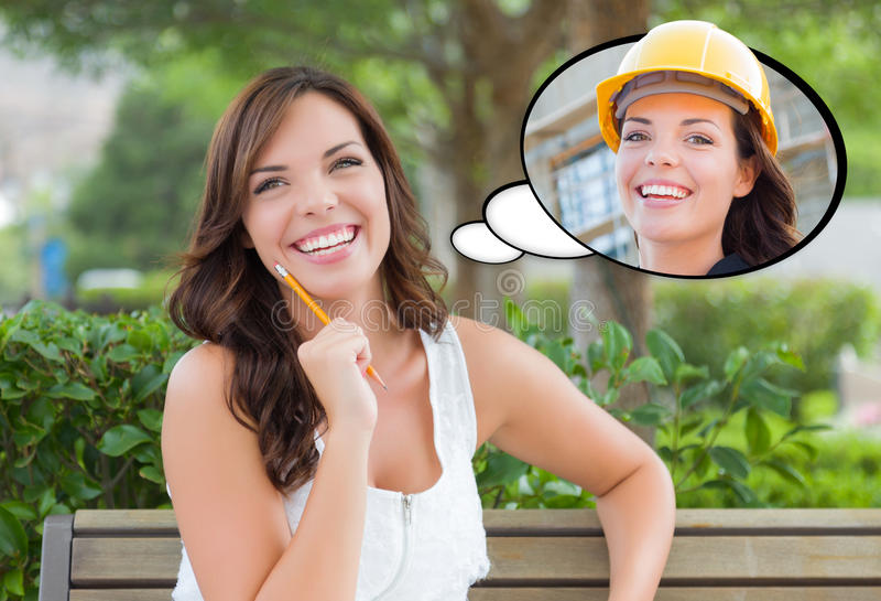 Fundersam ung kvinna med henne som en leverantör eller en byggmästare I royaltyfri foto