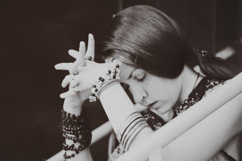 Fundersam ung kvinna med stängda ögon royaltyfria foton