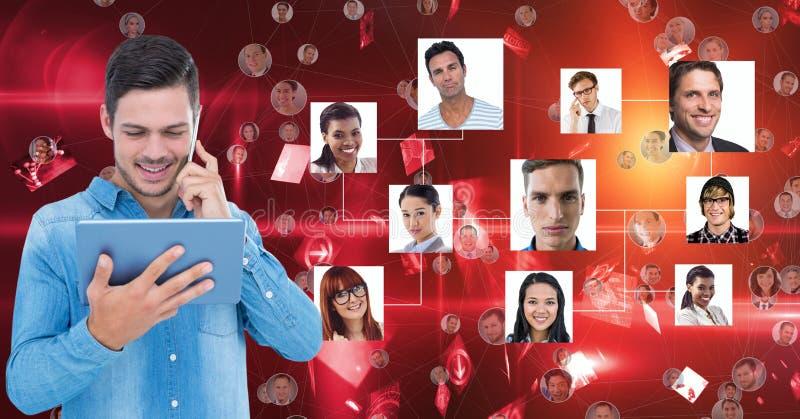 Fundersam ung man som rymmer den digitala minnestavlan, medan stå mot stående på röd bakgrund royaltyfri illustrationer
