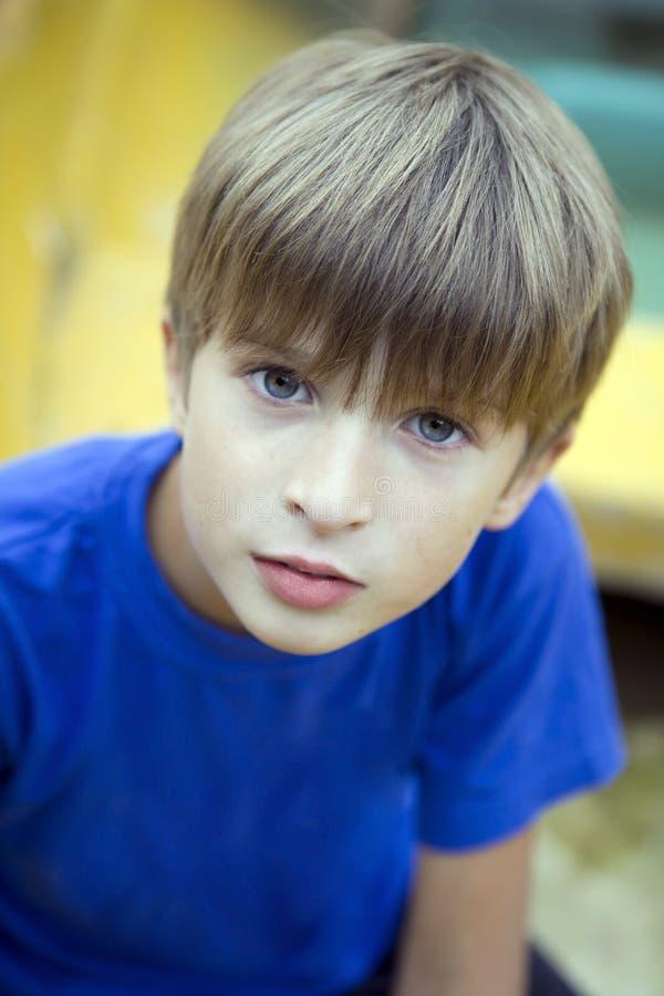 fundersamt barn för pojkestående arkivbild