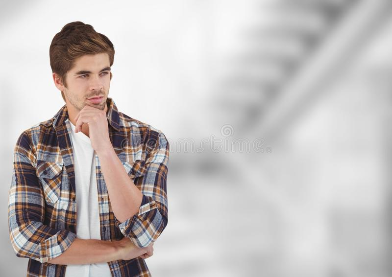 Fundersamt manligt hipsteranseende med handen på hakan arkivfoton