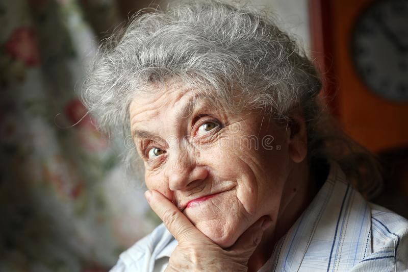 Fundersamt och se den äldre kvinnaframsidan arkivbild