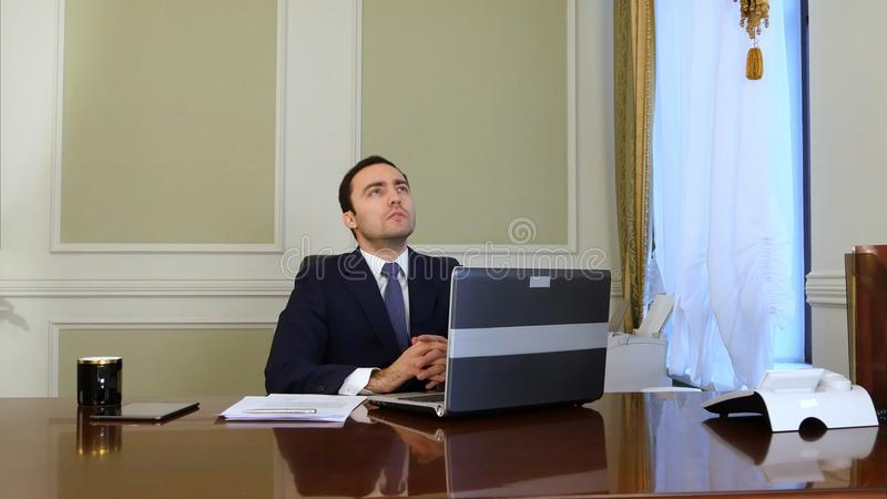 Fundersamt politikersammanträde på ett skrivbord och tänka royaltyfri fotografi